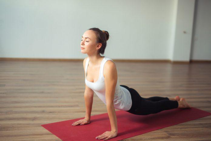 yoga meisje op mat