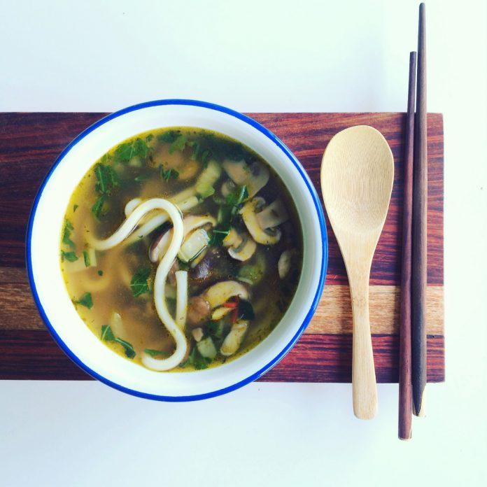 Japanse noodle soep met paddenstoelen en udon noodles