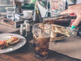 frisdrink inschenken glas