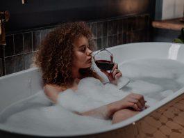 vrouw wijn drinken in bad